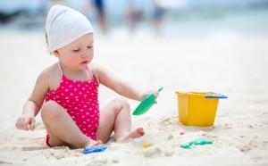 bebe jugando con arena